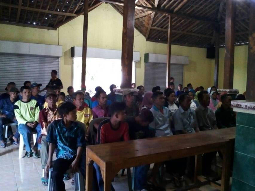 Warga Desa Dayakan Badegan dalam Acara Bakti Sosial Senat Mahasiswa AKAFARMA 2017